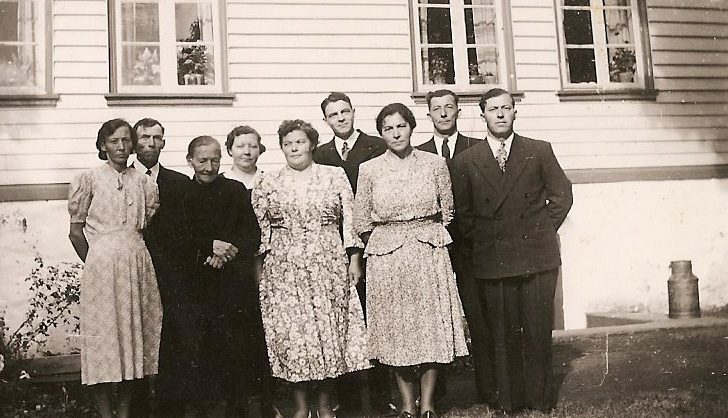 """""""Mor med de 8 ungene. Nesheimfamilien på Stange"""